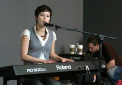 Missy Higgins live at the Apple Store San Francisco, 2005 (Photo by Nabeel H.)